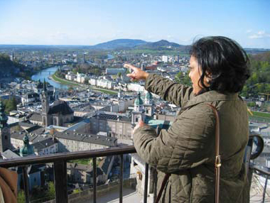 Kumkum Prasad admiring Salzburg, Fuschl Conversation 2004, IFSR Newsletter 2004 Vol. 22 No. 1 October